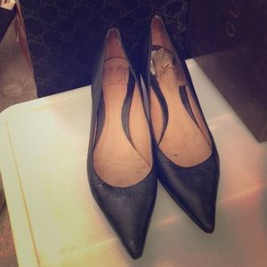 Gucci black leather low heel pump